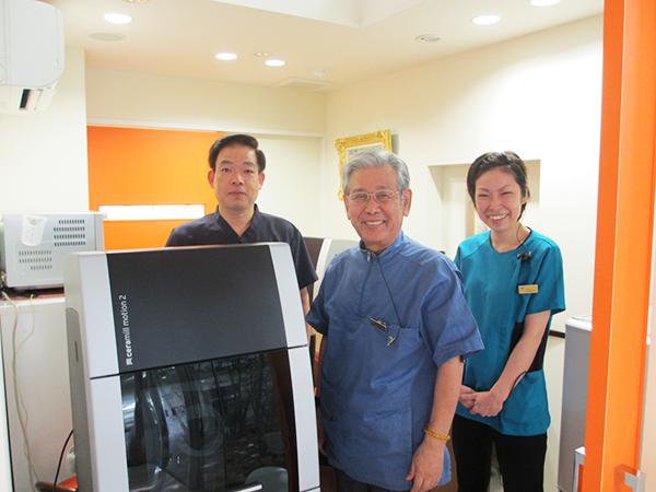 和田歯科医院の和田院長、高橋主任技工士、東技工士